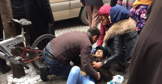 Yolda yürürken kafasına pencere düşen genç kız ağır yaralandı