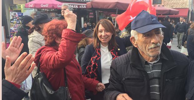 Günay hayır çadırına gitti, İzmir Marşı'na eşlik etti