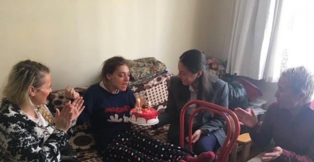 Ak kadınlardan engelli kız kardeşlere doğum günü sürprizi