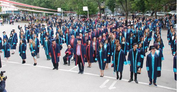 Eski-yeni mezunlar birlikte kep attılar