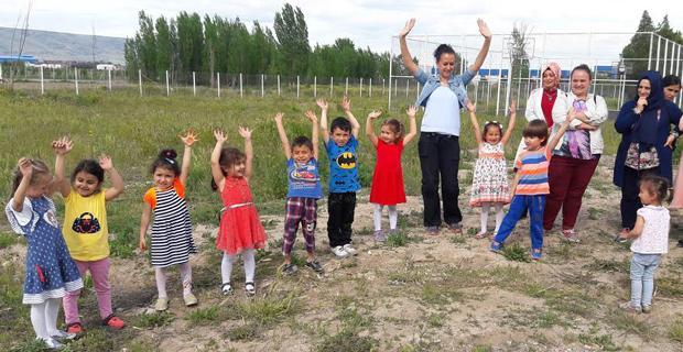 Şenlikli toplum çocukları fidan dikti