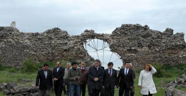 Vali Azmi Çelik, Karacaşehir Mahallesi'ni ziyaret etti