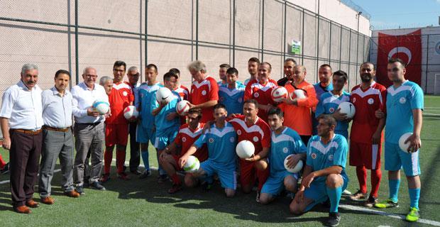 Futbolun efsaneleri genç hükümlülerle buluştu
