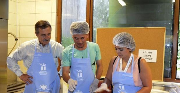 Yabancı öğrenciler Mutfak Atölyesi'nde