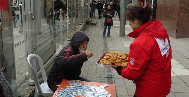 Türk Kızılayı kandil simiti dağıttı