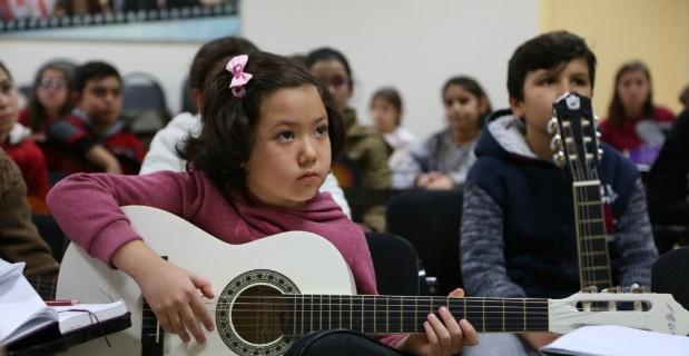 Odunpazarı'nda çocuklar gitar öğreniyor