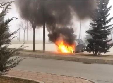 Park halindeki otomobilin motoru yandı