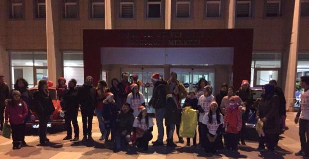 Hastanede yatan çocukları yeni yılda yalnız bırakmadılar