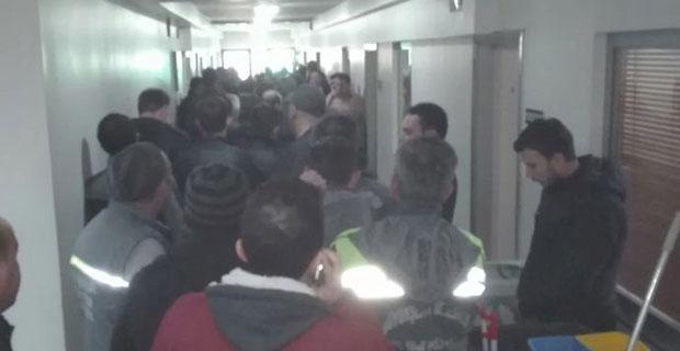 İşçiler belediyeye akın etti