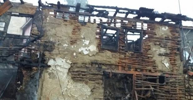 Çıkan yangın bir evi kül etti