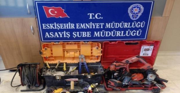 Minibüs içerisinden inşaat aletlerini çalan hırsız yakalandı
