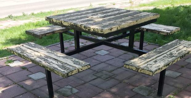 Parktaki piknik masaları dökülüyor