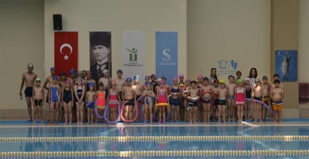 Kırsaldaki çocukların havuz keyfi