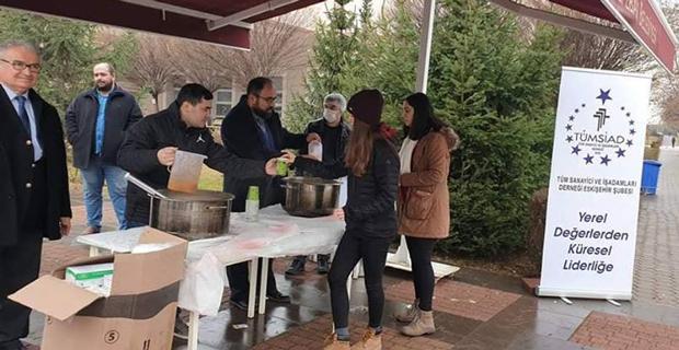 Genç Tümsiad öğrencilere çorba dağıttı