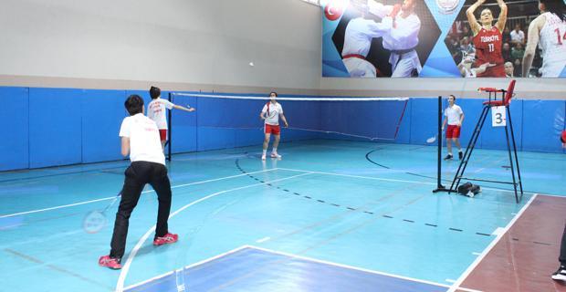 Badminton yarışmaları başladı