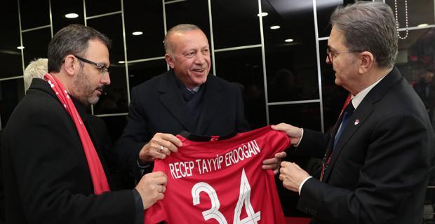 Cumhurbaşkanı Erdoğan'dan milli takıma övgü