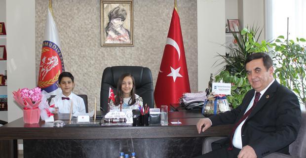 Başkan Gündoğan, koltuğunu çocuklara bıraktı