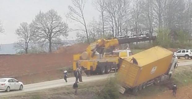 Bilecik'te devrilen tır yolu kapattı