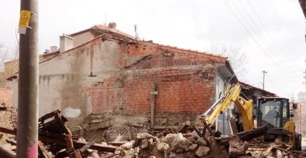 Tehlike oluşturan metruk binalar yıkılıyor