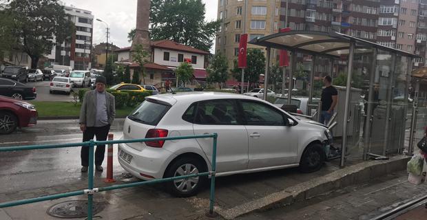 Aracıyla tramvay durağına girdi: 2 yaralı