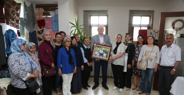 Kadınlardan Başkan Kurt'a anlamlı hediye