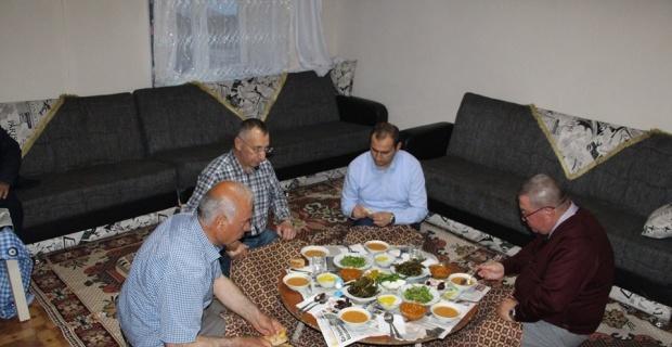 Şehit ailesinin evinde iftar yemeği