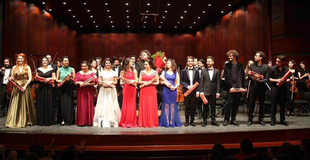 Senfonide sahne genç solistlerin
