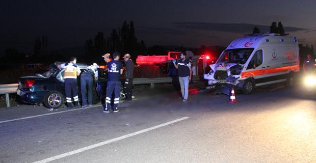 Ambulans ile iki otomobil çarpıştı: 2 ölü, 5 yaralı