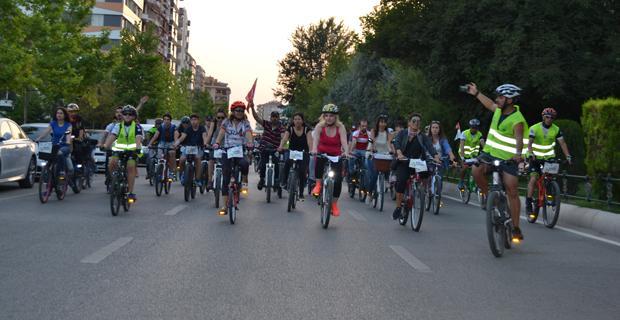 Arabadan in, bisiklete bin