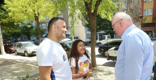 Kazım Kurt, Halk Merkete bağış yapan baba kıza teşekkür etti