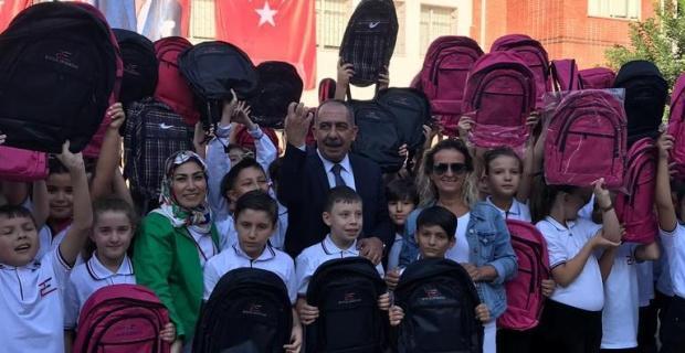 290 öğrenciye çanta hediye etti