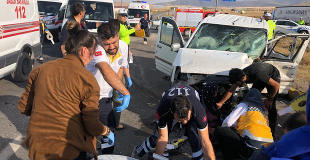 İki kamyonet çarpıştı: 8 yaralı