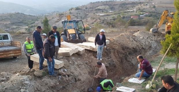 Köy mezarlığındaki kabirler dualarla taşınıyor
