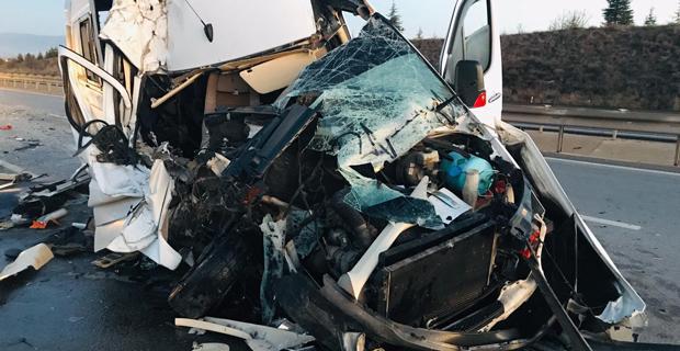 Tarafları taşıyan minibüs kaza yaptı: 17 yaralı