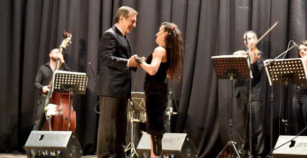 Festivalin açılış dansı Ataç ve Derya'dan