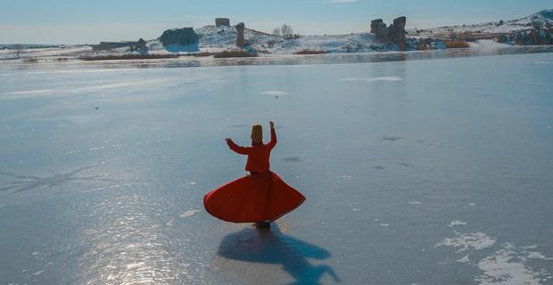 Buz tutan göl üzerinde sema gösterisi