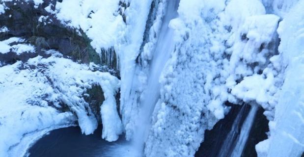 Buz tutan şelale güzel görüntüler oluşturdu
