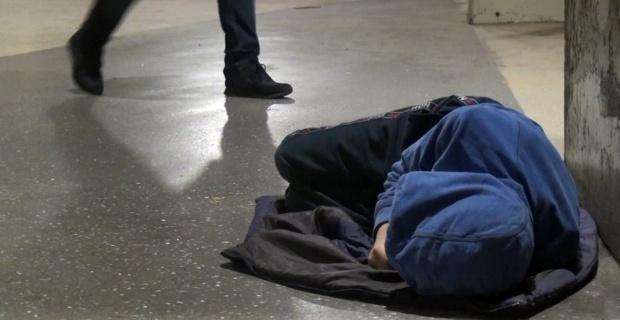 Metroda uyuyan çocuk yürekleri sızlattı