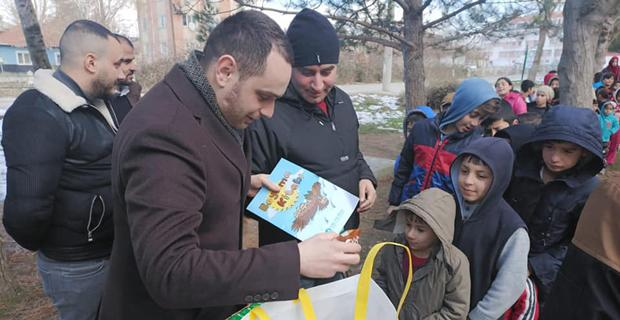 Ülkücüler, hikaye ve boyama kitabı dağıttı