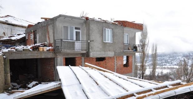 Simav'da şiddetli rüzgar çatıları uçurdu