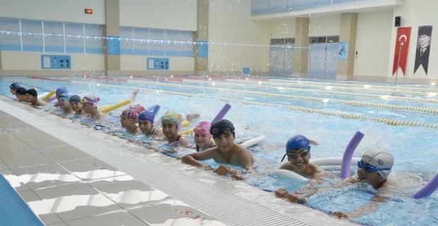 Yüzme öğrenen çocuk sayısı bin 200'e ulaştı