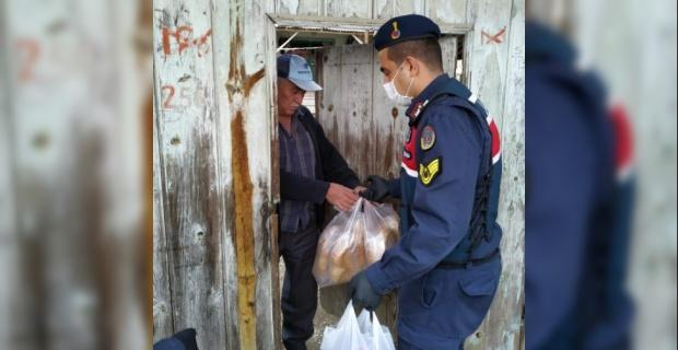 Jandarma 65 yaş üstü vatandaşlara yardım götürdü