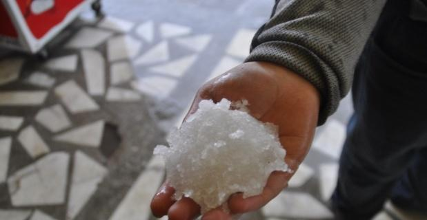 Şuhut'ta şiddetli yağmur ve dolu yaşamı olumsuz etkiledi
