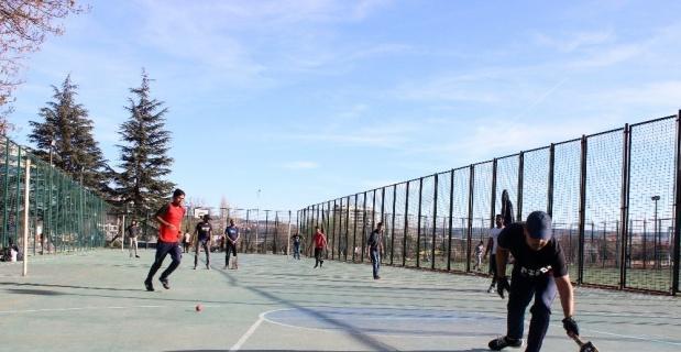 Korona tatilini kriket oynayarak geçiriyorlar