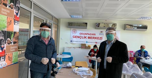 Gençlik merkezlerinden yüz koruyucu maske