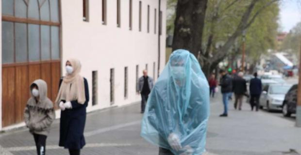 Korona virüsten çöp poşetiyle korunuyor