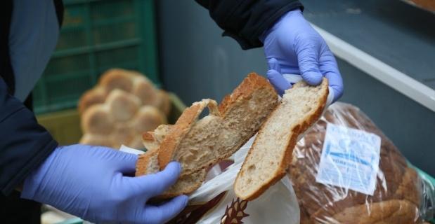 Zabıta ekipleri açıkta satılan ekmekleri topladı