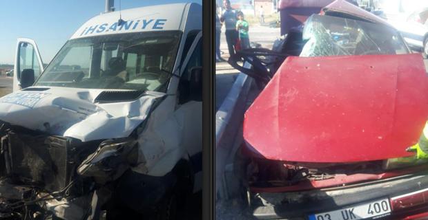 Yolcu minibüsü ile otomobil çarpıştı 17 kişi yaralandı