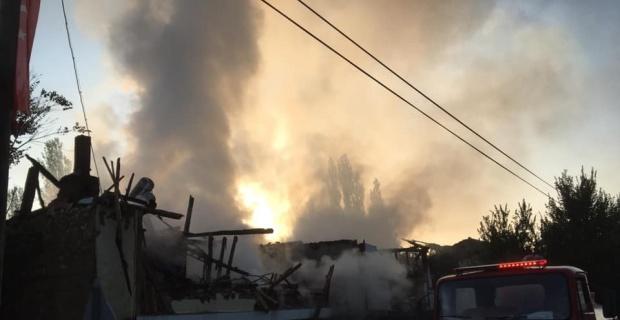 2 ev yanarak kül oldu