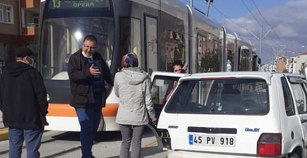 2 otomobil bir tramvay birbirine girdi